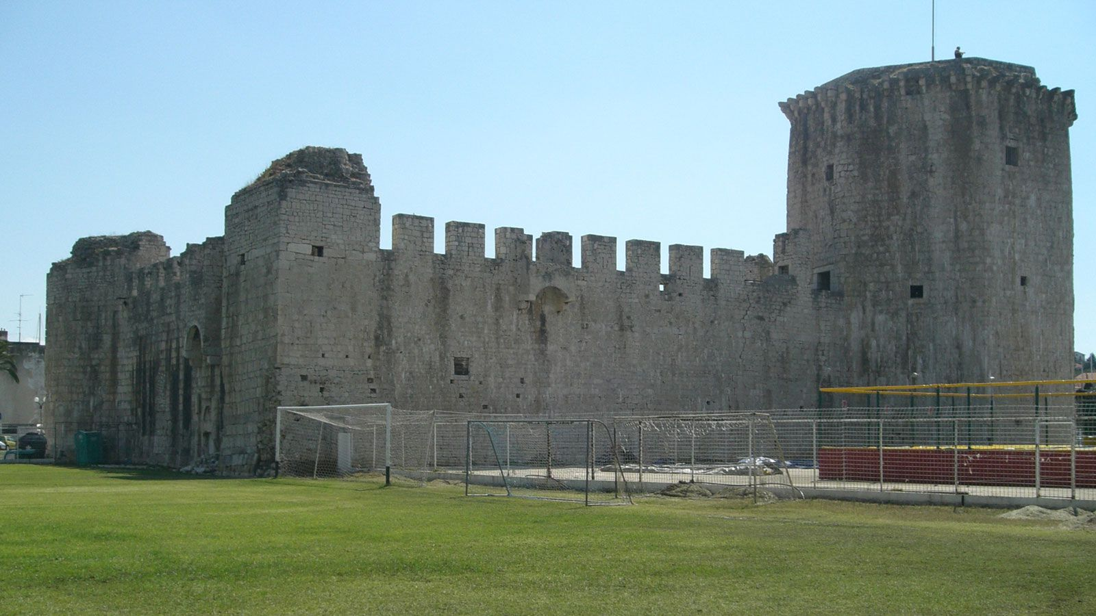 Kamerlengo Castle sits behind one of the Igraliste Batarija goalposts.