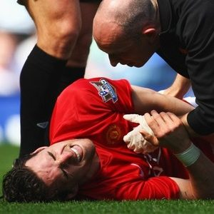Owen Hargreaves suffers an injury while playing for Manchester United.